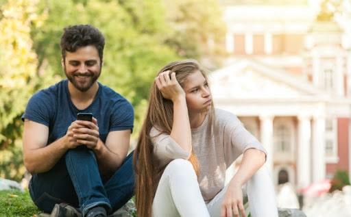 crise no relacionamento o celular inimigo dos relacionamentos Elídio Almeida psicólogo em Salvador especialista em terapia de casal